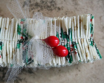 Vintage 1940s Tiny Holly Leaves and Berries Christmas Crepe Paper Ruffle Garland - 30 Inches Handmade Vintage Paper Trim - Crepe Paper