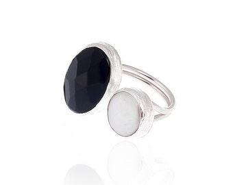 Oval Onyx Stone and a Pearl ring, black and white silver ring, Black onyx and pearl ring, black statement ring, silver white pearl ring