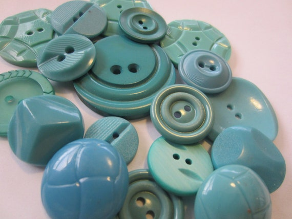 Vintage Buttons - Cottage chic mix of  turquois, old and sweet -  lot of 18 (2738)