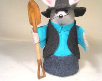 Felt Amish Mouse with Shovel