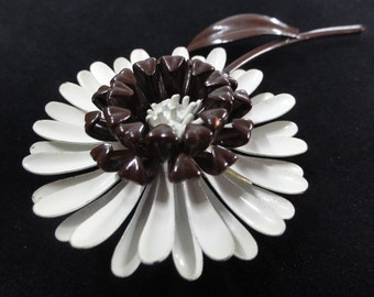 Daisy Flower Brooch- Brown & White Brooch- Vintage 70s Brooch, Flower Brooch, Daisy Pin, Enamel Flower Brooch, Floral Jewelry, Vintage Pin