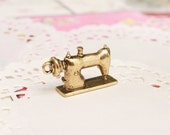 FREE SHIPPING! 1x Pendant - Vintage Sewing Machine  (Gold Coated)  - Jewelry Supply