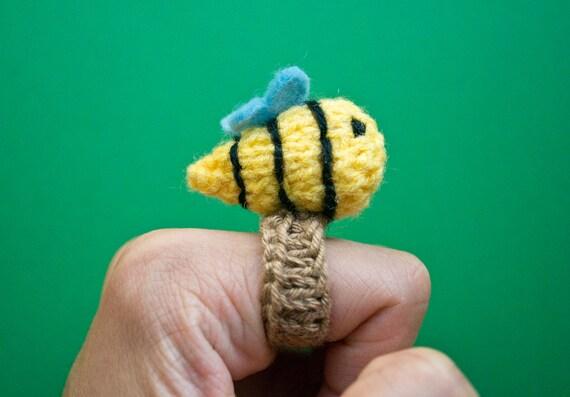 Momshoo Knitted buzzy bee amigurumi ring