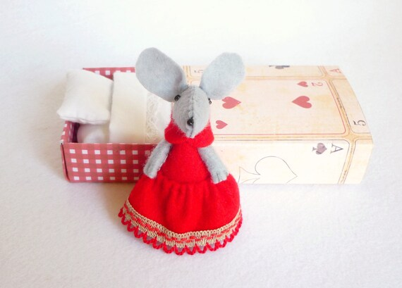 Red Felt mouse plush in matchbox bed Queen of hearts