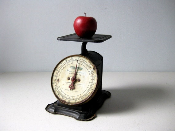 Antique household scale Universal