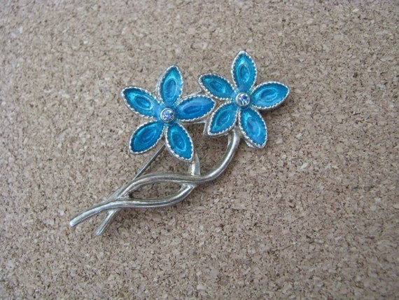 Aqua blue vintage flower pin with rhinestone center in silvertone setting. Vintage brooch