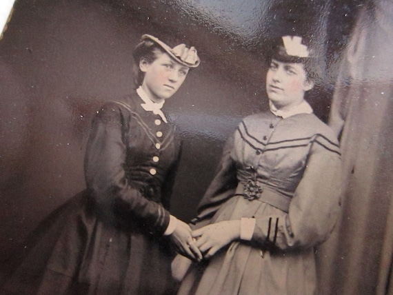 tintype photo - two WOMEN holding hands - ferrotype, late 1800s - TT406