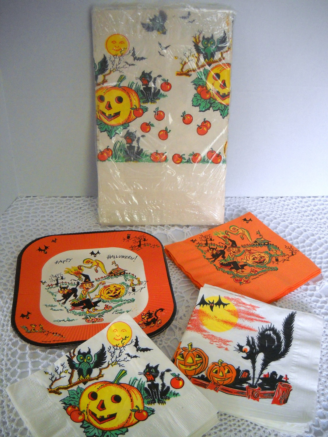 Vintage 1950s halloween paper napkins plates and tablecloth for Halloween cloth napkins