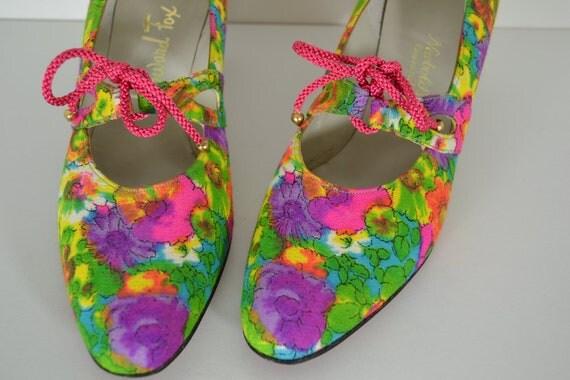 size 8A vtg Howard Fox fabric floral summer pumps for Newbold's Cincinnati, flower power