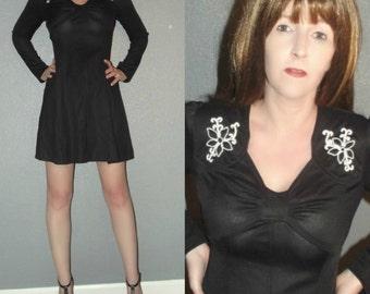 Mod XS S Vtg 60s Black and White Embroidered Floral Sshoulder Long Sleeve Deep V Twiggy Dolly Skater Mini Dress