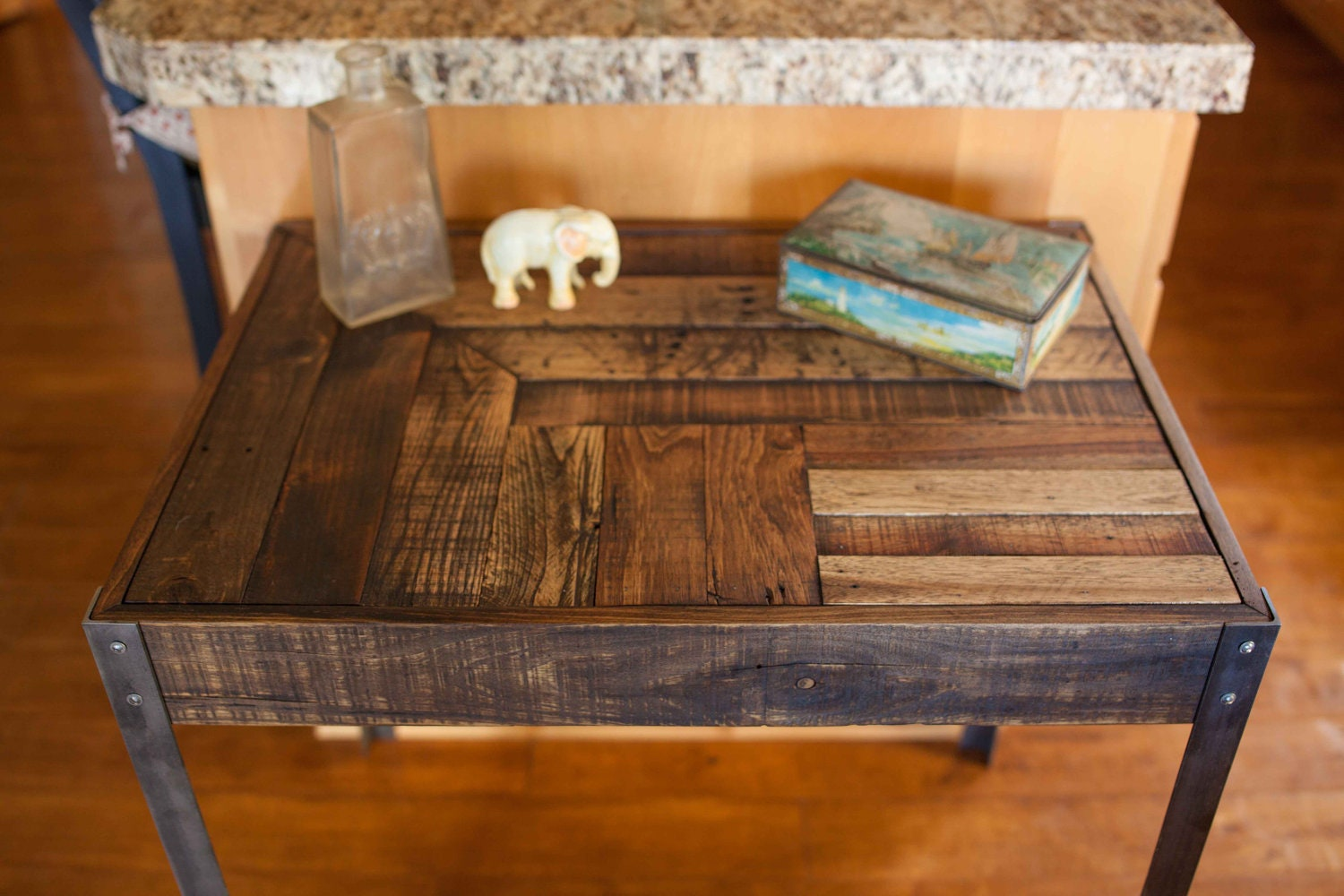Repurposed pallet wood desk with metal legs for Repurposed metal furniture