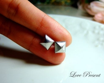 Grand Rock N Roll and Punk Pyramid earrings stud style - Color Shine Sliver