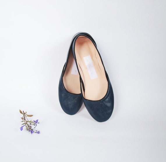 Soft leather ballet flats. Navy blue.