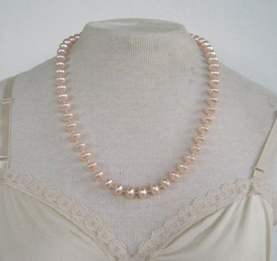 Vintage 80s Traditional Preppy Pale Peachy Pink Faux Pearl Bead Beaded Matinee Length Necklace