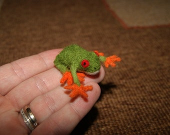 Felt frog, felt toy, tiny felted frog, soft sculpture, miniature frog, green frog, natural wool toy