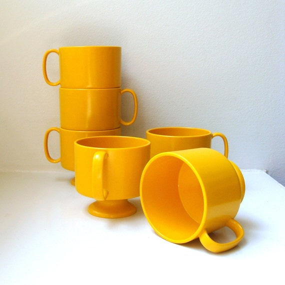 Mod Retro Harvest Gold Pedestal Mugs Set of 6 Plastic Melamine 1960s