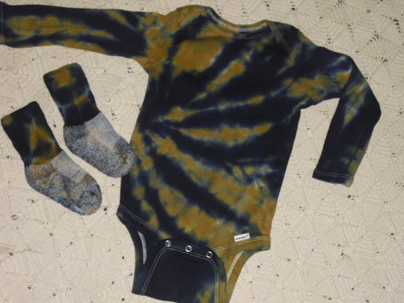 Tie dye bodysuit and socks, 18 month, long sleeved, vegas gold and navy- 225