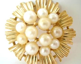 Vintage Trifari Pearl Brooch Flower Gold 50's (item 13)