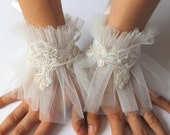 Ivory Bridal Pearl Lace Tulle Cuffs Bracelet, Victorian Lace Cuff, Fingerless Wedding Gloves, Bride Accessories, Winter Wedding Lace Mittens