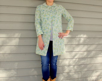 1970s floral fabric quilted house coat. Size small or medium 4-6