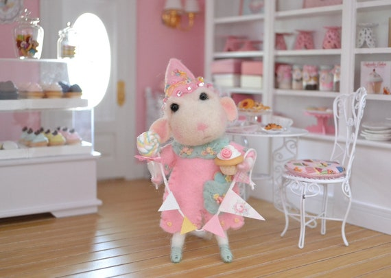 Sweet Petite Mouse with Bunting