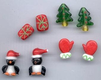 Set of eight Christmas lampwork glass beads