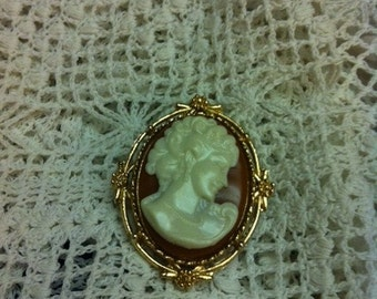 Vintage Gold Tone Cameo Brooch Pin