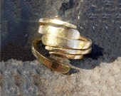 """RING """"Energy3"""" in Gold metal. Hammered, Forged, Stackable, Organic, Rustic, Personalized."""