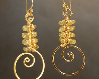 Hammered swirl earrings with green peridot Luxe Bijoux 133