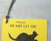 """BAGFLAGS door tag """"Do Not Let the Cat Outside"""""""