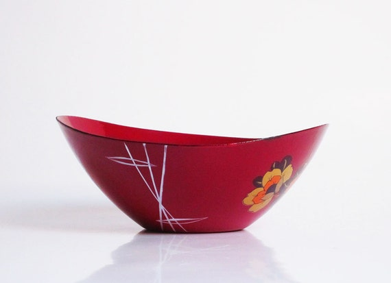 Retro metal enamel bowl with a flower decor