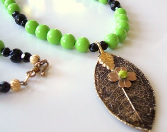 Leaf necklace with lime green vintage beads - Black onyx and vintage bead necklace