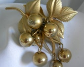 Gold Tone Hanging Moving Grape Cluster Brooch Pin - Unsigned - Vintage