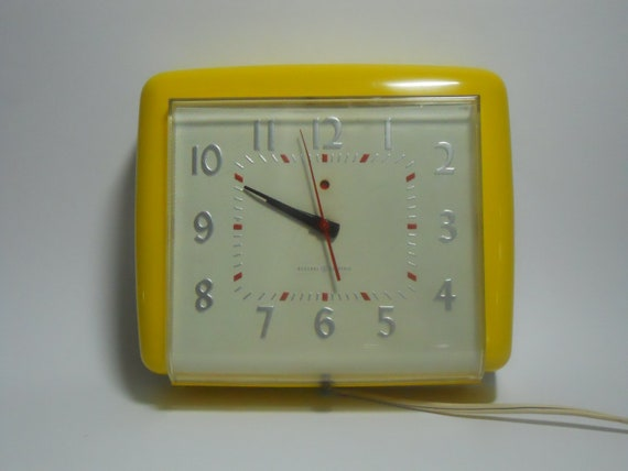Vintage kitchen wall clock yellow General Electric