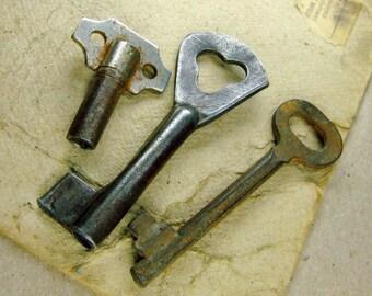 Vintage Rusty Keys - Set of 3 - Steampunk Supplies - k68