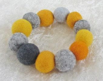 Filzarmband gelb-grau, Filz Armband Armschmuck 13 Filzperlen ca. 17-19mm, 100% Wolle, Durchmesser innen ca. 5 cm, außen ca. 9 cm, gefilzt