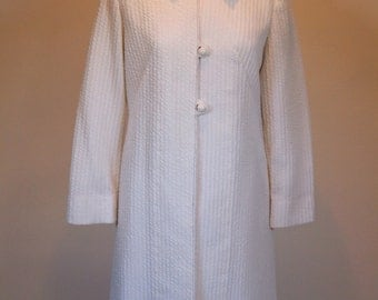 Vintage 1960 60s white ribbed polyester fully lined knee length coat jacket with Peter Pan collar and white bauble buttons size 10