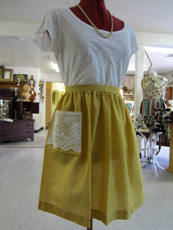 Simple Vintage Yellow Half Apron with Lace Pocket