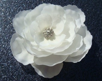 Petite DIAMOND WHITE FLOWER with sparkling rhinestone / elegant simplicity / off white bridal flower hair clip