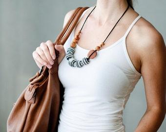 Black & White Nursing Necklace in all apple wood - KangarooCare Europe