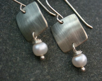 Brushed silver square and pearl earrings - Silver and pearl dangle earrings