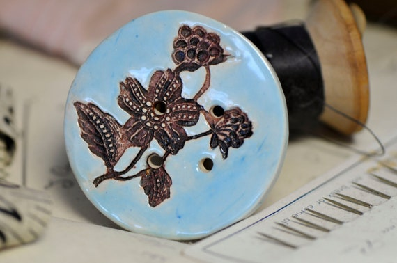 flower button in blue and black.....she is a sew on button