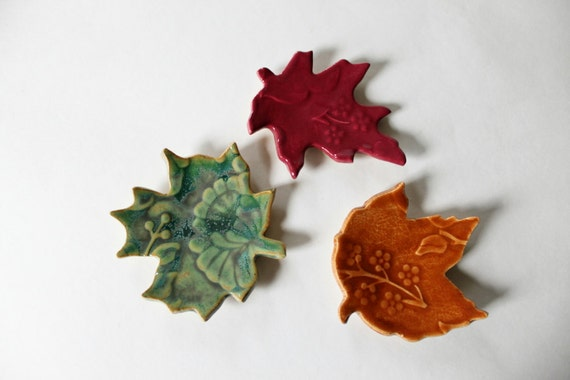 Colorful Ceramic Leaves for Decorating, small Ring Catchers, glazed in Green, Orange and Pink