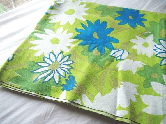 Vintage Green Crazy Daisy Flowered Tablecloth Mod 52 x 50