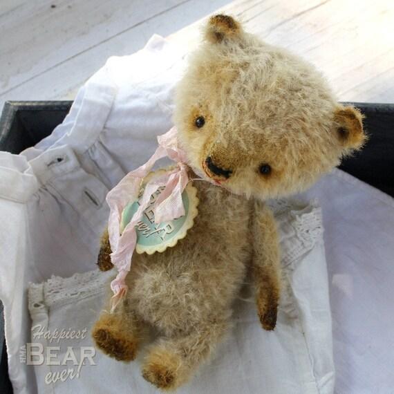 Happy little collectable HMA mohair bear by Vivianne Galli.