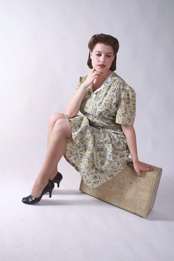 BLACK FRIDAY SALE - Vintage 1930s Dress - Depression Era Daisy Print Feedsack Floral Day Dress