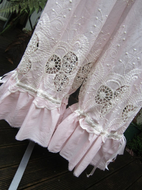 reserved for LAURA.... VINTAGE KITTY.. pale pink and cream bloomies.. cutwork, embroidery, devine lightweight.. ,