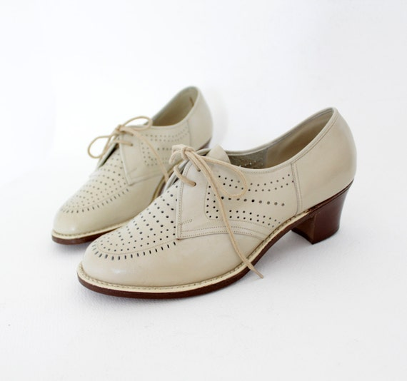 R e s e r v e d Vintage shoes / creme perforated lace up oxford heels / size 38-7.5