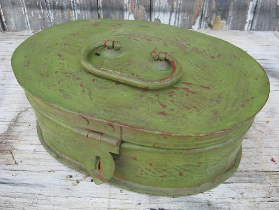 Vintage CHIPPY GREEN oval metal BOX