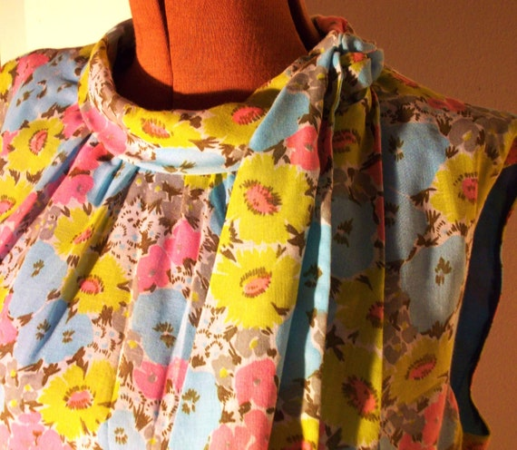 SALE .... Was 34.00 .....Vintage 60's Eve Carver Dress Jackie O Style Floral w/ Attached Scarf